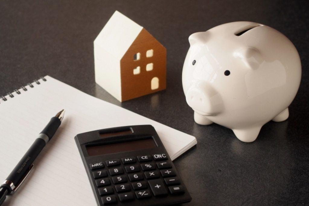 貯金箱と家計簿