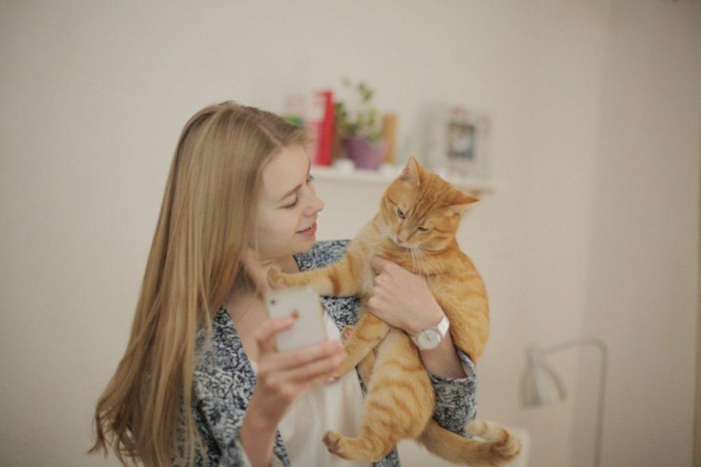 愛猫を抱っこする外国人女性