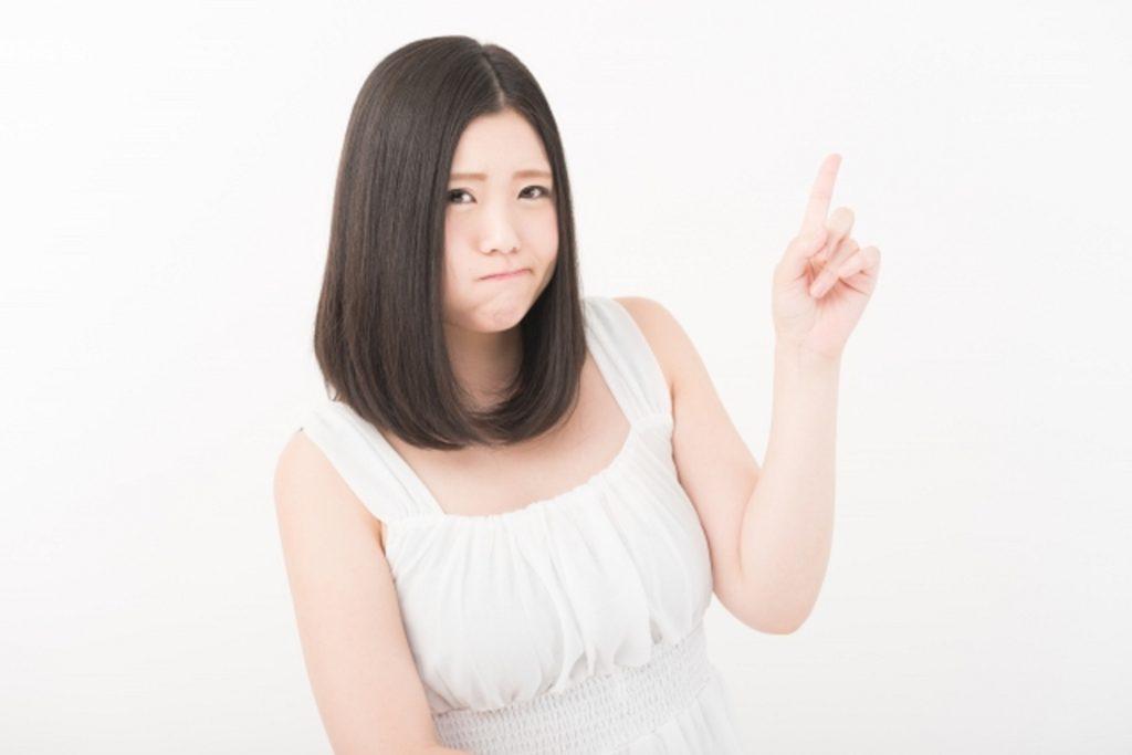 指を立てた若い女性