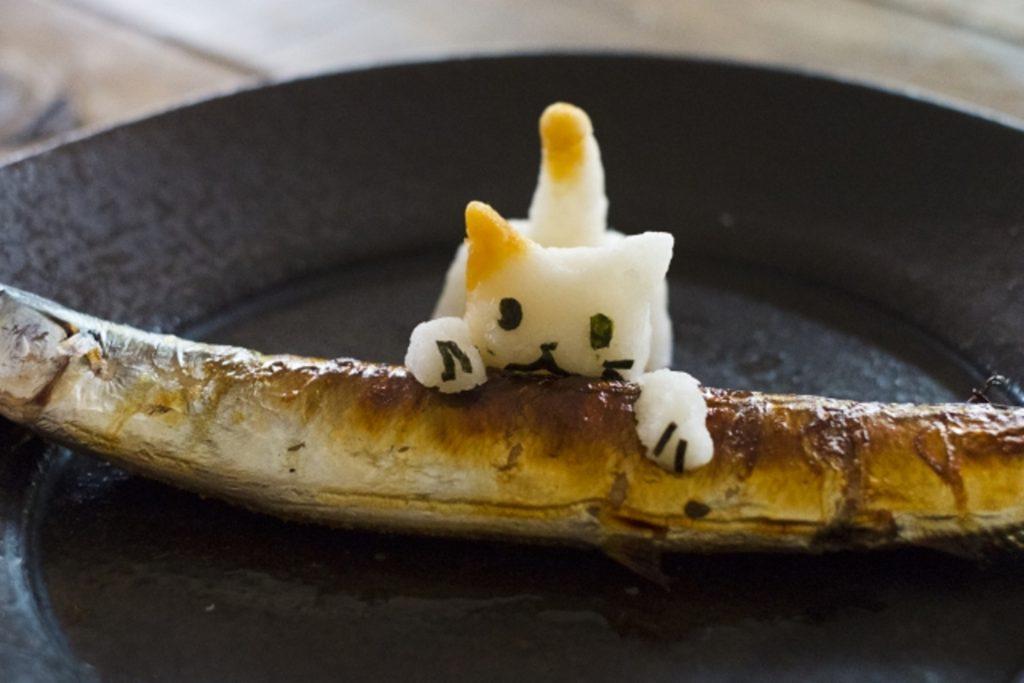 魚をかじる猫