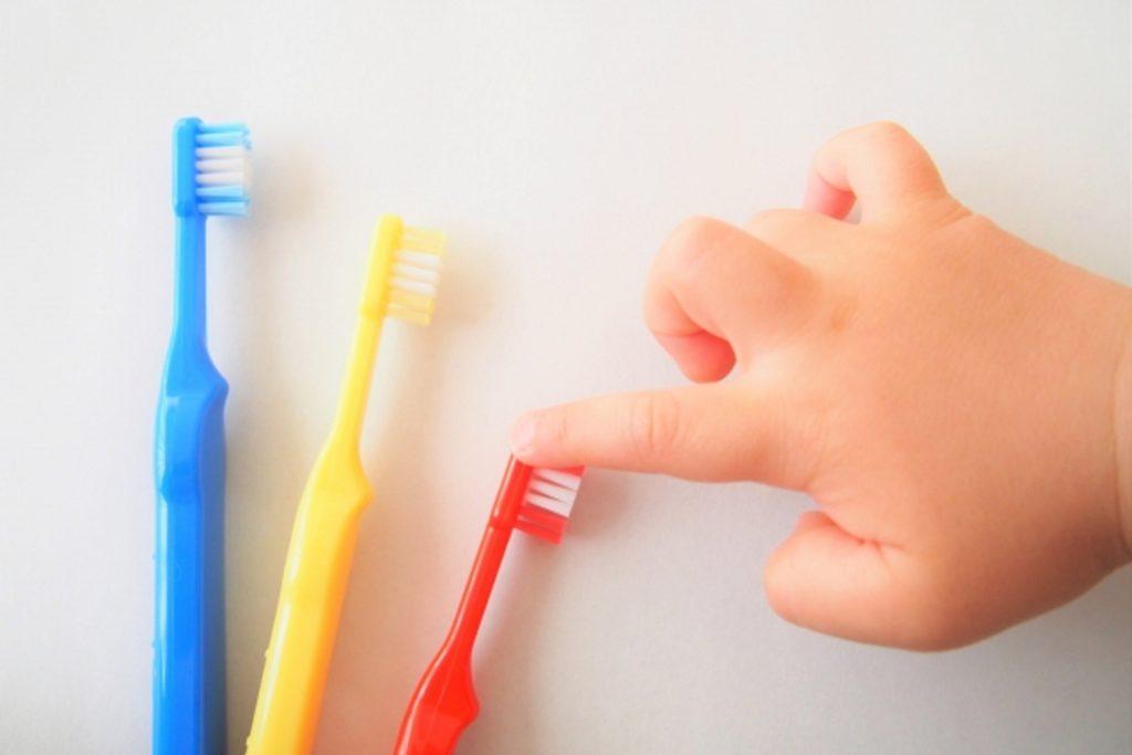 歯ブラシと子供の手